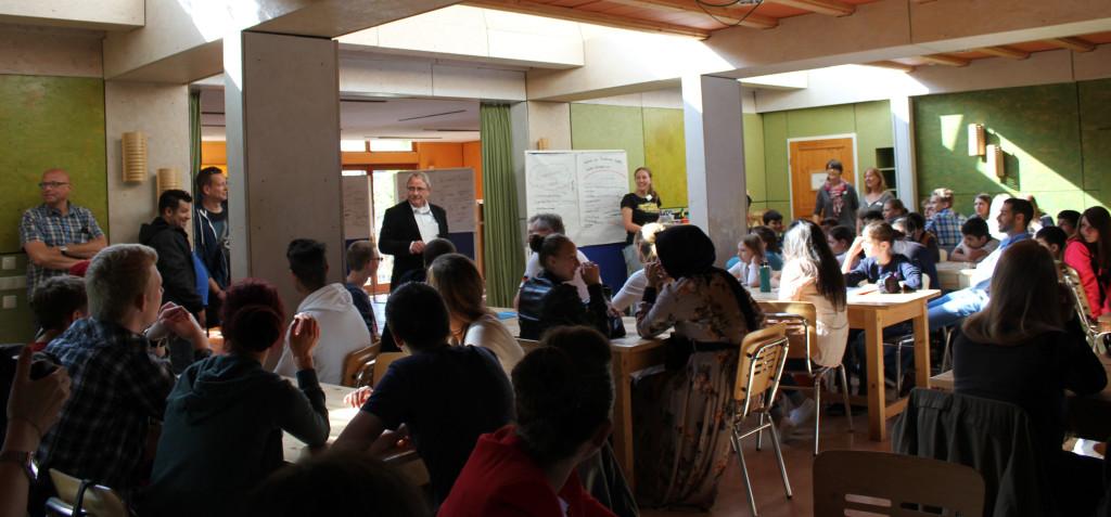 Reinhard Goldbach begrüßt die jungen TeilnehmerInnen (Foto: Elena Grell)